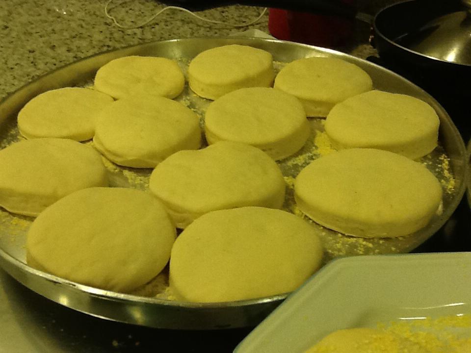 English Muffin. Aquele pãozinho que os americanos adoram comer no café da manhã. Receita passo a passo amanhã.