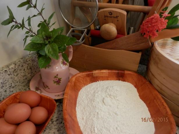 Ingredientes para massa de macarrao a base de ovos.
