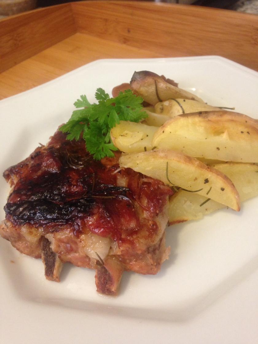 Costelinha de Porco com molho Barbecure acompanhada de Chutney de Maçã e Batatas Rústicas com Alecrim.