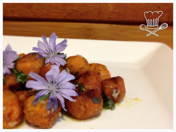 Nhoque de Batata- Doce com sementes de chia, farinha de linhaça e farinha de arroz, servido com pesto de manjericão.