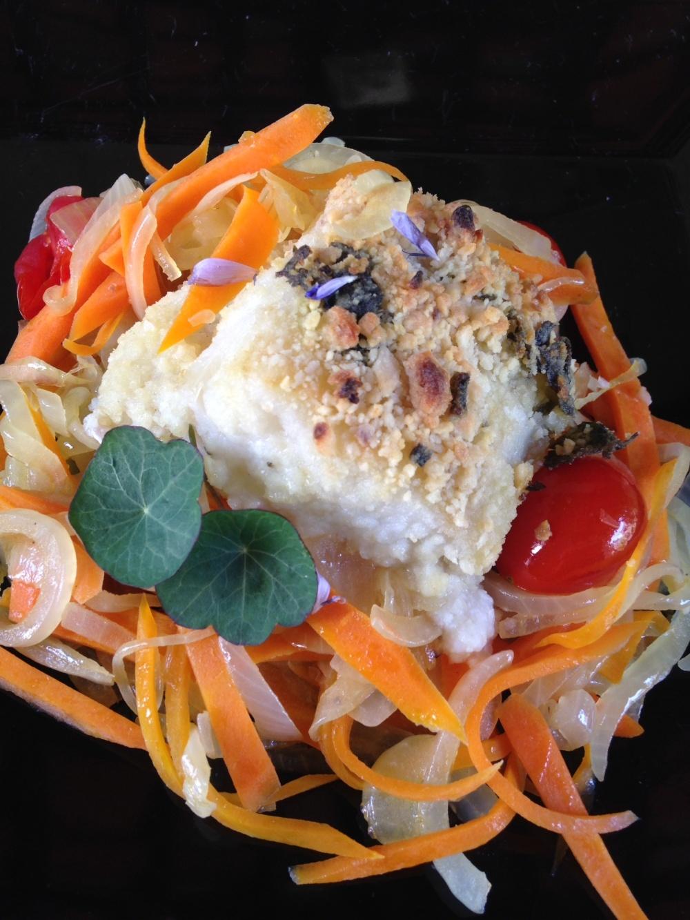 Bacalhau em Crosta de Amêndoas sobre Ninho de Legumes.